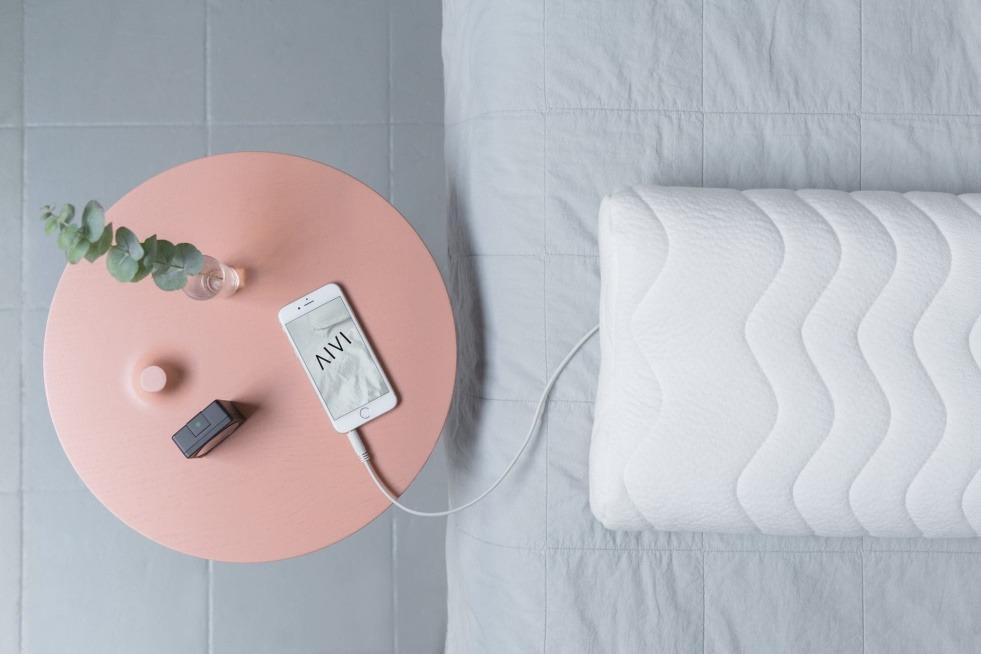 AIVI Soundkissen im Bett mit Tisch