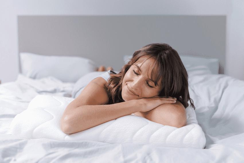 Frau genießt ihren Schlaf auf dem AIVI Soundkissen