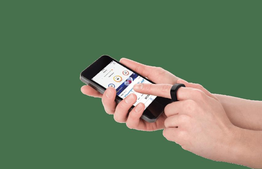CIRCUL Schaftracking Ring mit Smartphone in der Hand